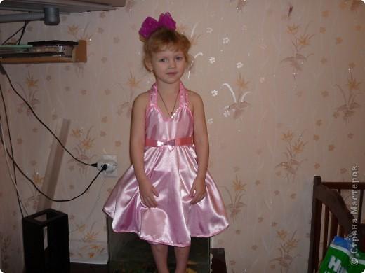 На первый Новогодний утренник решила сама сшить платье для любимой доченьки! До этого платья никогда не шила,и вот что получилось! Корона тоже ручной работы. фото 2