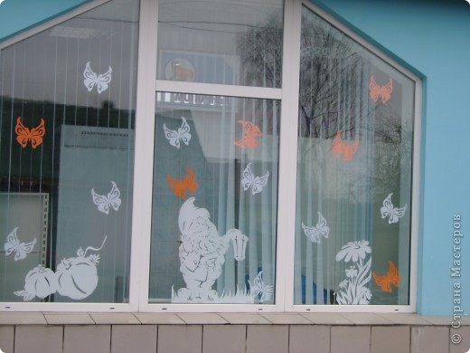 Решила украсить окна в магазине к лету Одна из частей композиции фото 8