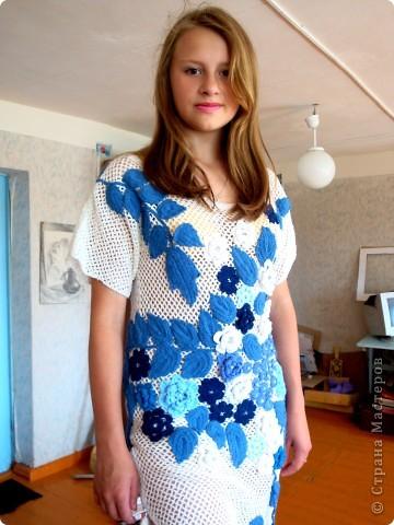 Платье связано крючком регулярной сеткой . Аппликация элементами ирландского гипюра. Отделка- бисер и бусины. фото 1