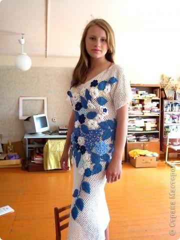 Платье связано крючком регулярной сеткой . Аппликация элементами ирландского гипюра. Отделка- бисер и бусины. фото 2