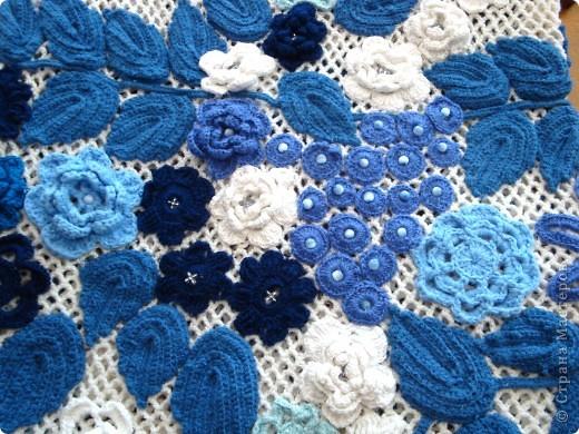Платье связано крючком регулярной сеткой . Аппликация элементами ирландского гипюра. Отделка- бисер и бусины. фото 3