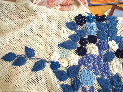 Платье связано крючком регулярной сеткой . Аппликация элементами ирландского гипюра. Отделка- бисер и бусины. фото 4