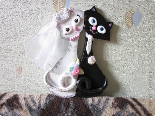 Эти котики сделаны в подарок моим бабушке и дедушке на День свадьбы (60лет). Основой этих котиков является гипс,детали из соленого теста, ну а фата и цветочки уже текстильные )))) фото 2