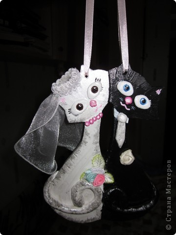 Эти котики сделаны в подарок моим бабушке и дедушке на День свадьбы (60лет). Основой этих котиков является гипс,детали из соленого теста, ну а фата и цветочки уже текстильные )))) фото 3