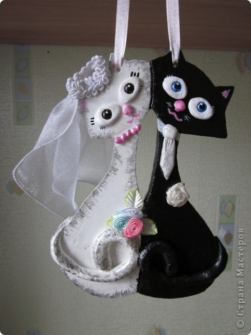 Эти котики сделаны в подарок моим бабушке и дедушке на День свадьбы (60лет). Основой этих котиков является гипс,детали из соленого теста, ну а фата и цветочки уже текстильные )))) фото 1