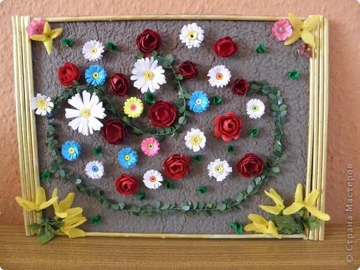 Рамка сделана из газетных трубочек, цветочки в уголках (только) покупные. Работой были все очень довольны..