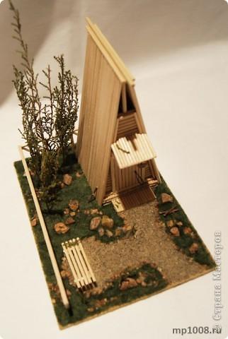 Мой коллега из Киева создал миниатюрный дачный туалет. Мне очень понравилась идея и я решил создать свой вариант туалета.  Однако я решил пойти немного дальше и создал кусочек участка с деревьями, камнями и травой.  На будущее я запланировал создать большой составной дачный участок с беседкой, колодцем, посадками, полянкой для отдыха и прочими благами загородной жизни. Возможно я решусь построить на этом участе дачный домик :) Самое интересное в том, что весь участок я хочу построить из отдельных кусочков.  Первый кусочек-пазл участка я представляю вам на этой странице.  фото 1