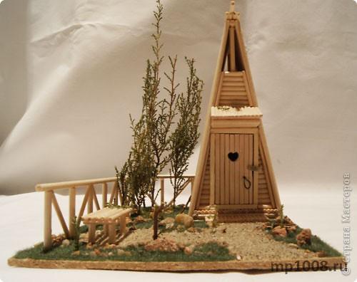 Мой коллега из Киева создал миниатюрный дачный туалет. Мне очень понравилась идея и я решил создать свой вариант туалета.  Однако я решил пойти немного дальше и создал кусочек участка с деревьями, камнями и травой.  На будущее я запланировал создать большой составной дачный участок с беседкой, колодцем, посадками, полянкой для отдыха и прочими благами загородной жизни. Возможно я решусь построить на этом участе дачный домик :) Самое интересное в том, что весь участок я хочу построить из отдельных кусочков.  Первый кусочек-пазл участка я представляю вам на этой странице.  фото 7