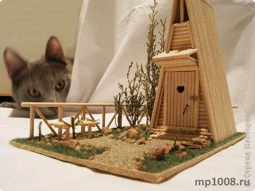 Мой коллега из Киева создал миниатюрный дачный туалет. Мне очень понравилась идея и я решил создать свой вариант туалета.  Однако я решил пойти немного дальше и создал кусочек участка с деревьями, камнями и травой.  На будущее я запланировал создать большой составной дачный участок с беседкой, колодцем, посадками, полянкой для отдыха и прочими благами загородной жизни. Возможно я решусь построить на этом участе дачный домик :) Самое интересное в том, что весь участок я хочу построить из отдельных кусочков.  Первый кусочек-пазл участка я представляю вам на этой странице.  фото 8
