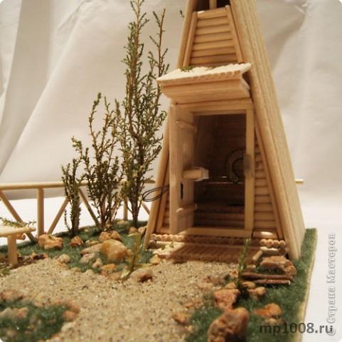 Мой коллега из Киева создал миниатюрный дачный туалет. Мне очень понравилась идея и я решил создать свой вариант туалета.  Однако я решил пойти немного дальше и создал кусочек участка с деревьями, камнями и травой.  На будущее я запланировал создать большой составной дачный участок с беседкой, колодцем, посадками, полянкой для отдыха и прочими благами загородной жизни. Возможно я решусь построить на этом участе дачный домик :) Самое интересное в том, что весь участок я хочу построить из отдельных кусочков.  Первый кусочек-пазл участка я представляю вам на этой странице.  фото 9