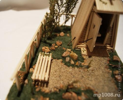Мой коллега из Киева создал миниатюрный дачный туалет. Мне очень понравилась идея и я решил создать свой вариант туалета.  Однако я решил пойти немного дальше и создал кусочек участка с деревьями, камнями и травой.  На будущее я запланировал создать большой составной дачный участок с беседкой, колодцем, посадками, полянкой для отдыха и прочими благами загородной жизни. Возможно я решусь построить на этом участе дачный домик :) Самое интересное в том, что весь участок я хочу построить из отдельных кусочков.  Первый кусочек-пазл участка я представляю вам на этой странице.  фото 10