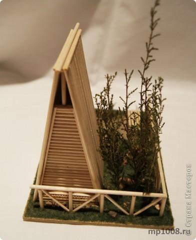 Мой коллега из Киева создал миниатюрный дачный туалет. Мне очень понравилась идея и я решил создать свой вариант туалета.  Однако я решил пойти немного дальше и создал кусочек участка с деревьями, камнями и травой.  На будущее я запланировал создать большой составной дачный участок с беседкой, колодцем, посадками, полянкой для отдыха и прочими благами загородной жизни. Возможно я решусь построить на этом участе дачный домик :) Самое интересное в том, что весь участок я хочу построить из отдельных кусочков.  Первый кусочек-пазл участка я представляю вам на этой странице.  фото 14