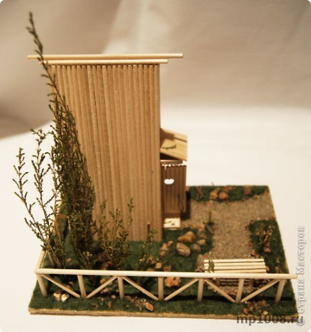 Мой коллега из Киева создал миниатюрный дачный туалет. Мне очень понравилась идея и я решил создать свой вариант туалета.  Однако я решил пойти немного дальше и создал кусочек участка с деревьями, камнями и травой.  На будущее я запланировал создать большой составной дачный участок с беседкой, колодцем, посадками, полянкой для отдыха и прочими благами загородной жизни. Возможно я решусь построить на этом участе дачный домик :) Самое интересное в том, что весь участок я хочу построить из отдельных кусочков.  Первый кусочек-пазл участка я представляю вам на этой странице.  фото 15