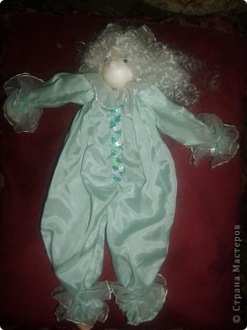Кукла Ангелочек.Что то в виде марионетки, но не Марионетка.Это кукла-игрушка. Обычно делают без глаз и носа. Играющий должен представить своё лицо. фото 1