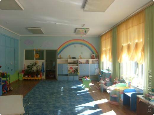 радугу рисовала акриловой краской для стен и потолков с добавлением колера, облачка рисовала губкой, солнышко сшито из клеенки. фото 1