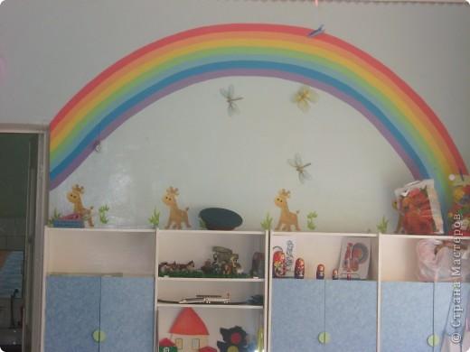 радугу рисовала акриловой краской для стен и потолков с добавлением колера, облачка рисовала губкой, солнышко сшито из клеенки. фото 2