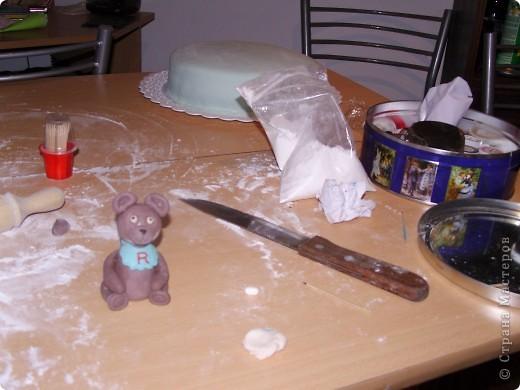 Решили отметить 7 месяцев сынишки и вот ночью сподобилась на такой тортик:) Материал опять таки моя любимая мастика. Внутри обычный шоколадный бисквит с заварным кремом. фото 2