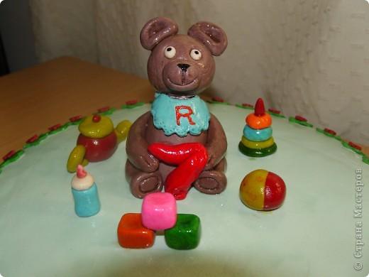 Решили отметить 7 месяцев сынишки и вот ночью сподобилась на такой тортик:) Материал опять таки моя любимая мастика. Внутри обычный шоколадный бисквит с заварным кремом. фото 4