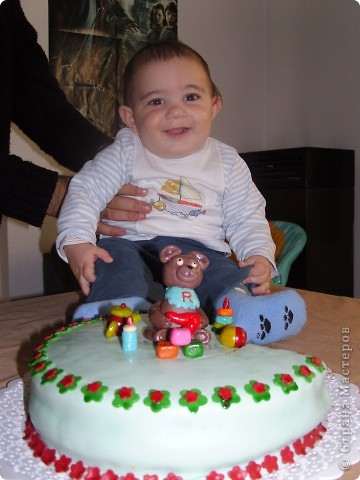 Решили отметить 7 месяцев сынишки и вот ночью сподобилась на такой тортик:) Материал опять таки моя любимая мастика. Внутри обычный шоколадный бисквит с заварным кремом. фото 8