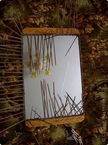 Оплела старое зеркало и к нему сделала кармашек для расчесок. фото 2