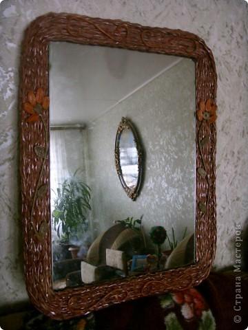 Оплела старое зеркало и к нему сделала кармашек для расчесок. фото 3