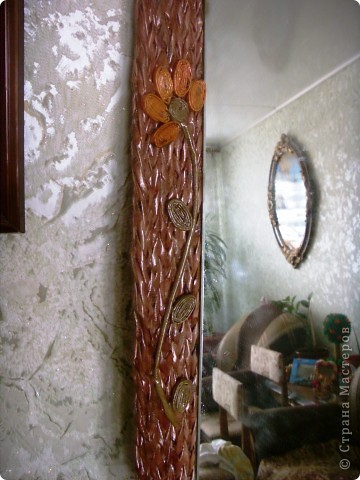 Оплела старое зеркало и к нему сделала кармашек для расчесок. фото 4