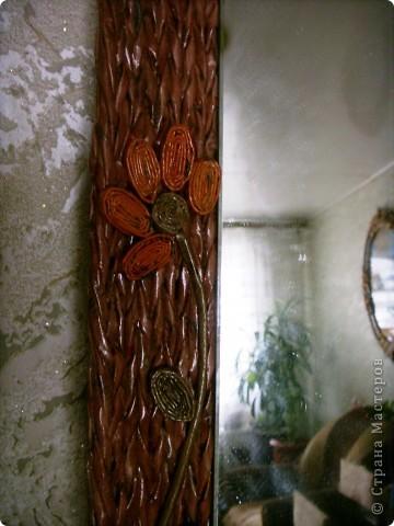 Оплела старое зеркало и к нему сделала кармашек для расчесок. фото 6