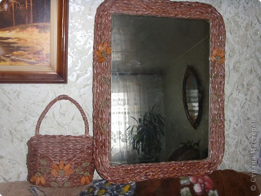 Оплела старое зеркало и к нему сделала кармашек для расчесок. фото 1