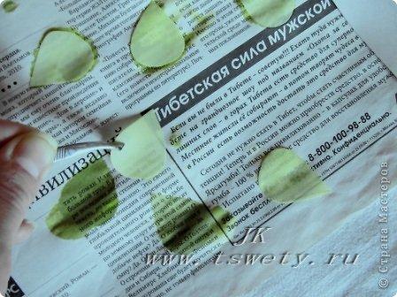 Мастер-класс Поделка изделие 8 марта Выпускной День рождения Свадьба Моделирование конструирование Мастер-класс цветы из ткани  Белая роза без специальных инструментов  Гофрированная  Бисер Бумага газетная Бумага гофрированная Карандаш Картон Клей Нитки Проволока Ткань фото 11