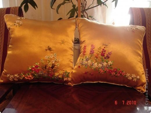 Комплект декоративных подушек, вышитых атласными лентами на атласе, чехол на молнии. фото 5