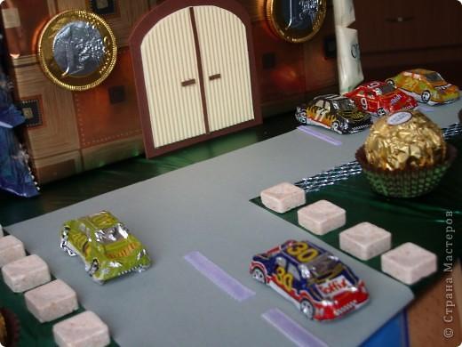 Вот такой сахарный завод делала по просьбе знакомой,весь завод за исключением передней стены обклеен конфетами,машины тоже из шоколада,еврики декоративный элемент,но она положит и настоящие. фото 4