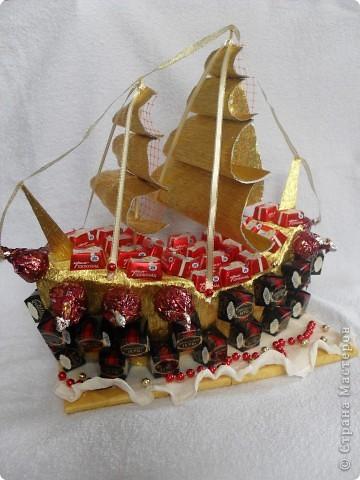 По заказу той же подруги и для того же человека в подарок на День рождения сладкий корабль.