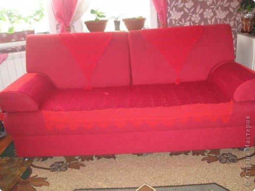 Это покрывало я связала в подарок.Родители купили себе новый диван, и мне захотелось связать на него покрывало.Подумав, я решила сделать его в виде трех дорожек: одна большая на сиденье и две маленькие на спинку.Результат мне понравился и маме тоже. Конечно можно было бы выбрать пряжу поконтрастнее, что бы ажур лучше выделялся.Это я учту в следующий раз.  фото 1