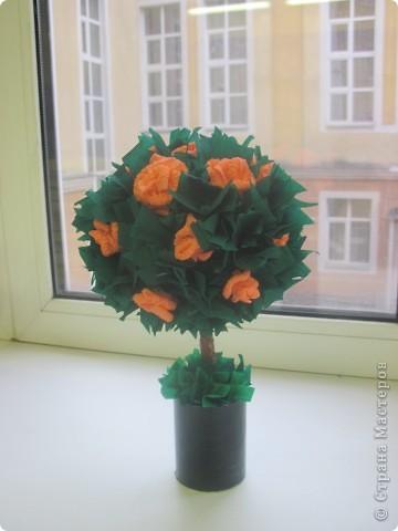 Это мое первое дерево. Хотелось сделать все из роз, но поняла что бумаги не хватает, пришлось добавить много зелени. фото 1