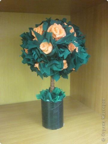 Это мое первое дерево. Хотелось сделать все из роз, но поняла что бумаги не хватает, пришлось добавить много зелени. фото 2