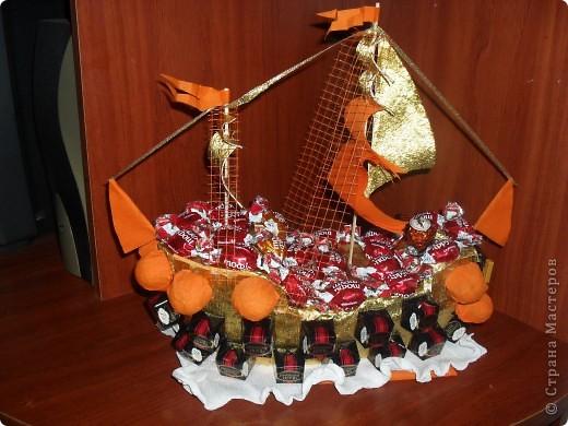 """Еще один кораблик.Делался паралельно с №1,но немного с другими конфетками. В Воскресенье будут подарены оба """"братца"""",разным ювилярам естественно.Как всегда волнуюсь понравится ли..."""