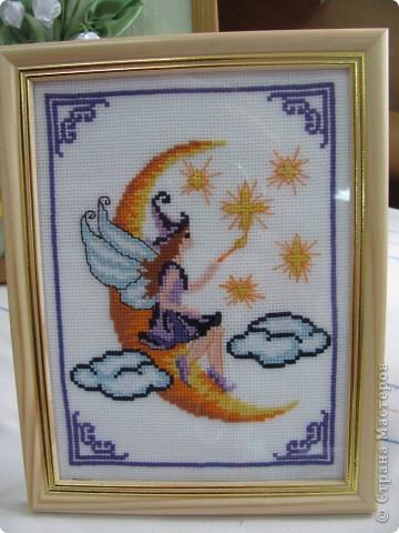 Я увлекаюсь вышивкой. Дарю ее на дни рождения близким людям. Это лунная фея. Я ее недавно вышила. фото 1