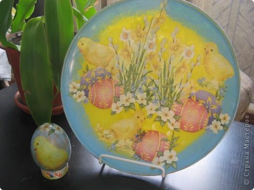 Украшена стеклянная тарелка и деревянное яйцо фото 1