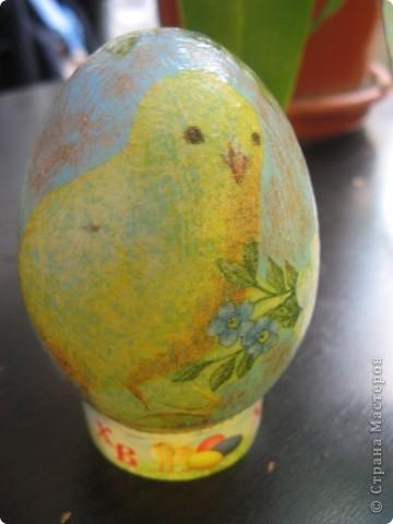 Украшена стеклянная тарелка и деревянное яйцо фото 4