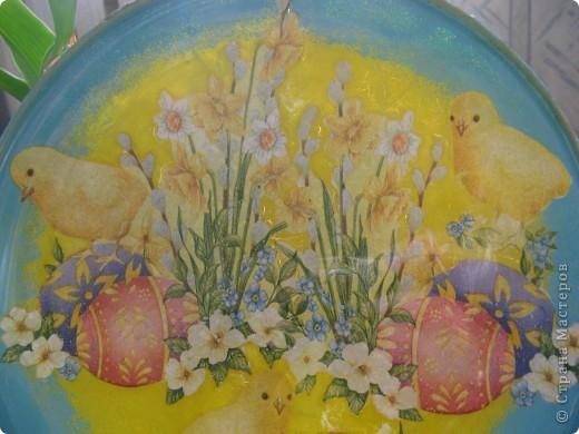 Украшена стеклянная тарелка и деревянное яйцо фото 5