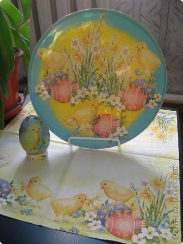 Украшена стеклянная тарелка и деревянное яйцо фото 2