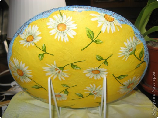 Украшена стеклянная тарелка и деревянное яйцо фото 3