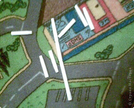 остатки от игры-сортера. планка с отверстиями для установки фломастеров цветных,крышки разноцветные с отверстиями.нужно подбирать и одевать на палочку-фломастер крышку соответствующего цвета как на пирамидку(развивает мелкую моторику и восприятие цвета) фото 4