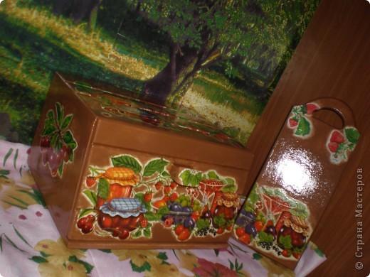 Принесли мне старую-престарую хлебницу советских времён...Она была настолько страшненькая, что и фотографировать её не стала...Зато сейчас можно и людям показать, даже в паре с досочкой. фото 2