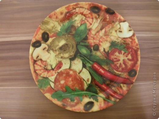 А это моя тарелочка под пиццу диаметром 30 см. намучилась пока салфетку наклеивала, частями пробовала, видны швы, а целиком пока сложно, пришлось лаком закрепить. И то не с первого раза получилось  фото 1