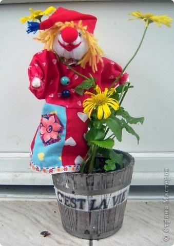 Жил на арене рыжий клоун, Как будто счастьем нарисован! Улыбкой, красками одежды Дарил он радугу надежды: И детворе, и людям взрослым. С ним было сказочно и просто.  Уваркина Ольга фото 10