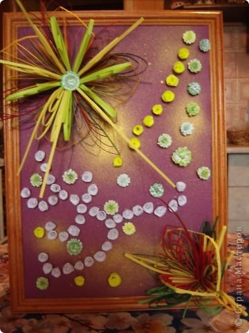 Училась делать петельчатый квиллинг, вот и получились такие непривычные цветы. Долго думала как их приспособить и получилась такая картина. Взяла бумагу для пастели (сиреневую), слегка сбрызнула ее золотым спреем и дальше уже клеила цветы. фото 7