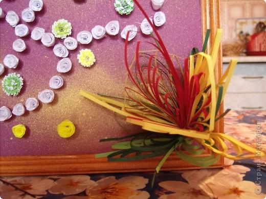 Училась делать петельчатый квиллинг, вот и получились такие непривычные цветы. Долго думала как их приспособить и получилась такая картина. Взяла бумагу для пастели (сиреневую), слегка сбрызнула ее золотым спреем и дальше уже клеила цветы. фото 6