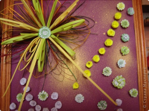 Училась делать петельчатый квиллинг, вот и получились такие непривычные цветы. Долго думала как их приспособить и получилась такая картина. Взяла бумагу для пастели (сиреневую), слегка сбрызнула ее золотым спреем и дальше уже клеила цветы. фото 5