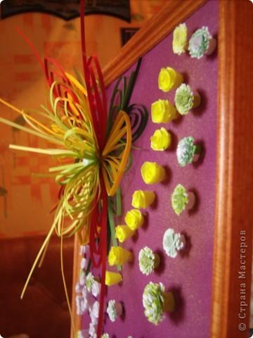 Училась делать петельчатый квиллинг, вот и получились такие непривычные цветы. Долго думала как их приспособить и получилась такая картина. Взяла бумагу для пастели (сиреневую), слегка сбрызнула ее золотым спреем и дальше уже клеила цветы. фото 4